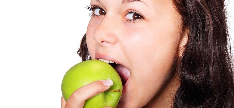 ragazza che mangia una mela