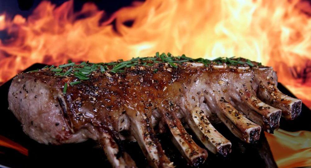 i grassi della carne che bruciano