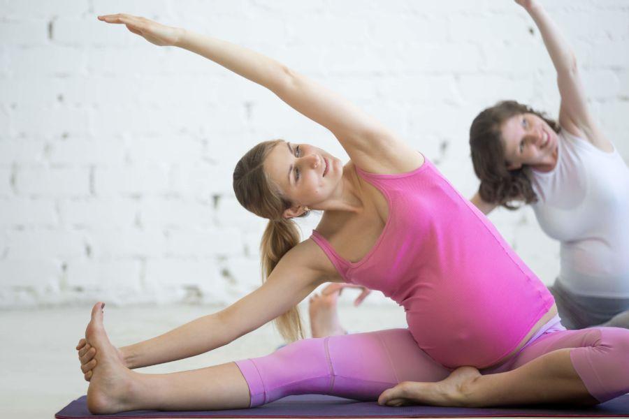 donne in stato di gravidanza che eseguono esercizi di fitness