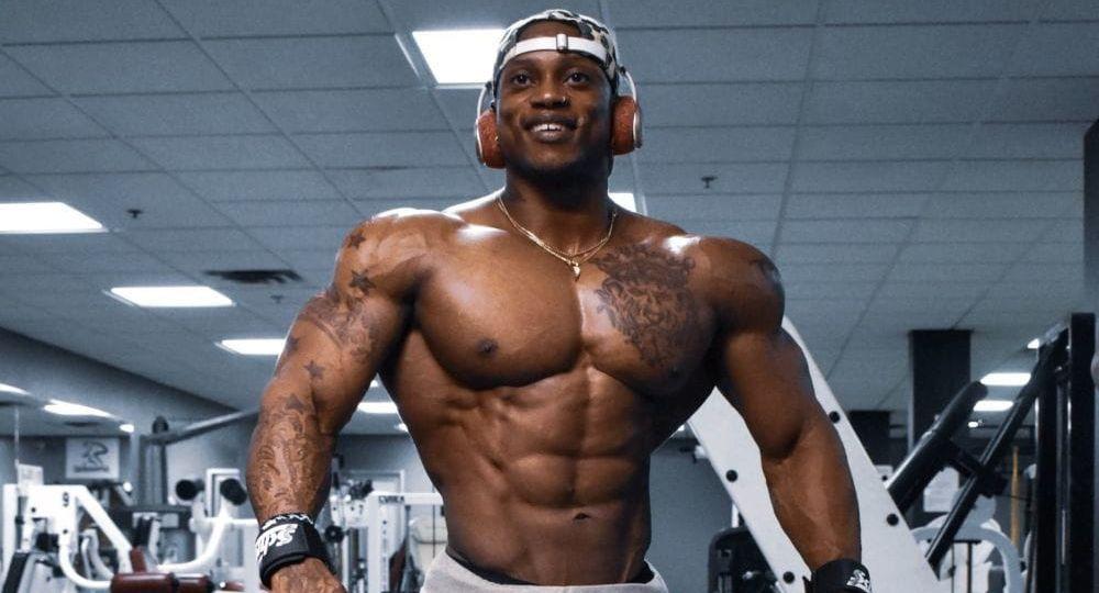 atleta di colore con fisico scolpito