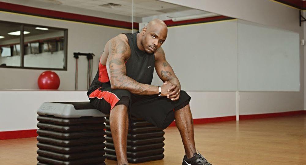 atleta di colore stanco prima dell'allenamento