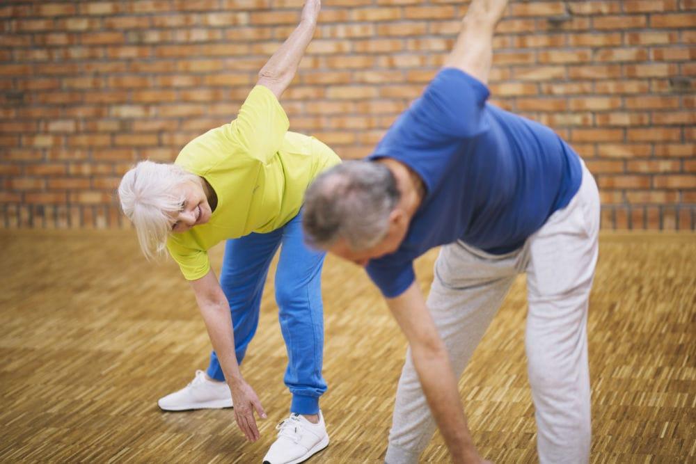 anziani che eseguono esercizi di ginnastica