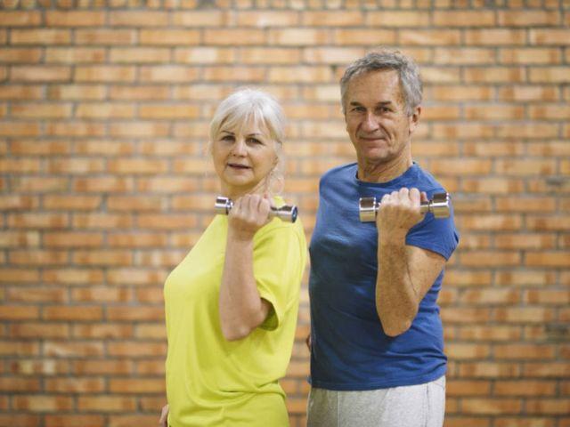 coppia di anziani in palestra