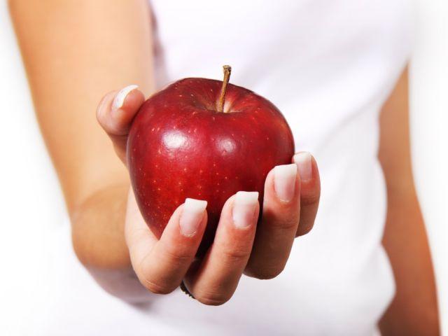 mela rossa in mano